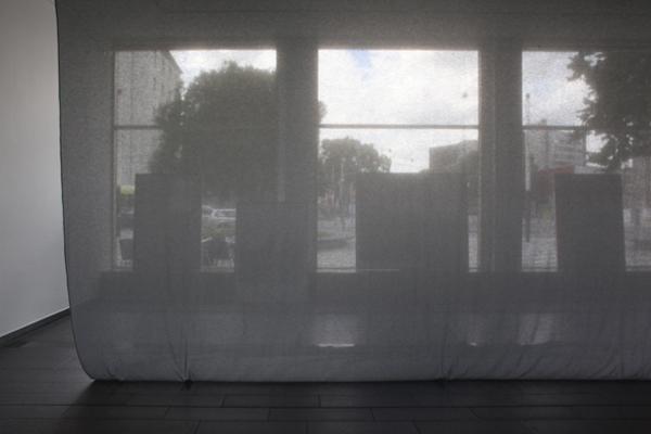 Transparenter, horizontaler Raumteiler, Maße: 5,04 m x 8,9o m, für: »The workhouse: Room 2«, Ines Schaber, dOKUMENTA 13, Foto: Ines Schaber