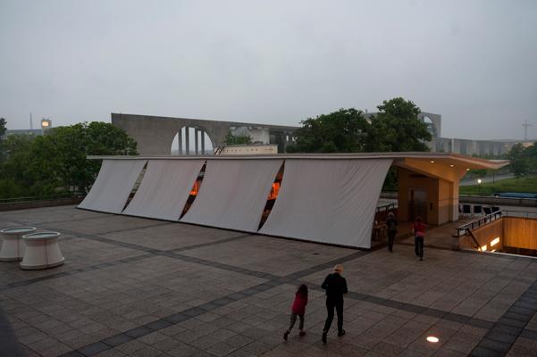 Aussensegel, Maße: 4,09 m x 25,6 m , für den Kiosk auf der Dachterasse des Haus der Kulturen der Welt, für »Berlin Documentary Forum«, Festivalarchitekten: »Kooperative für Darstellungspolitik«, Berlin 2012, Foto: Markus Lieberenz