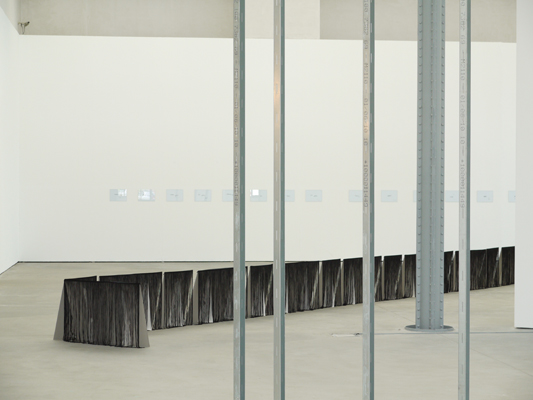 "22 m Fransenskulptur  für ""A Line May Lie"" von Judith Hopf, Kunsthalle Lingen, 2013, Foto Peter Lütje, Lingen"