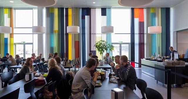 700 qm Streifen Patchwork Vorhang für ein Kunst am Bau Projekt von Gitte Villesen, Campus Roskilde, Architekt: Henning Larsen, Foto: Anders Sune Berg