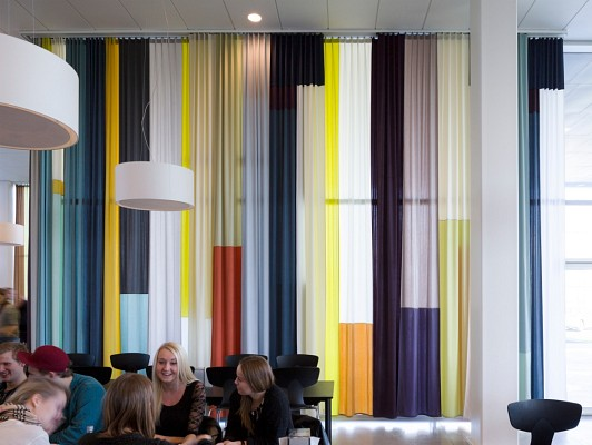 700 qm Streifen Patchwork Vorhang für ein Kunst am Bau Projekt von Gitte Villesen, Campus Roskilde, Architekt: Henning Larsen,Foto: Anders Sune Berg