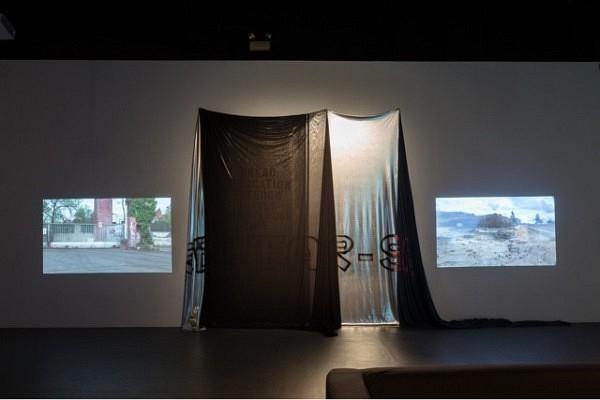 """Dawn Banner, 80 qm, diverse textile Materialien mit unterschiedlicher Transparenz. für die Künstlergruppe """"Discoteca Flaming Star"""", The Kitchen, New York, 2014, Foto: Jason Mandella. Courtesy: The Kitchen."""